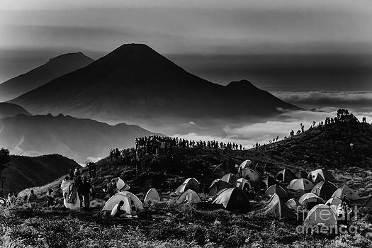 Mountain viewers in bw by Frederiko Ratu Kedang