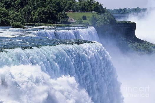 Niagara Falls by Derek Croucher