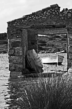 Pedro Cardona Llambias - Vintage boat framed in nature of Minorca island - Waiting