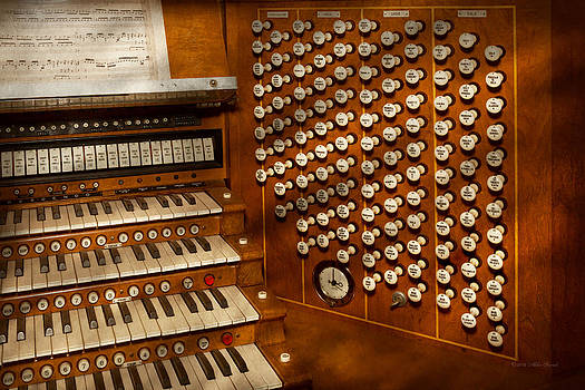 Mike Savad - Organist - Ready at the controls