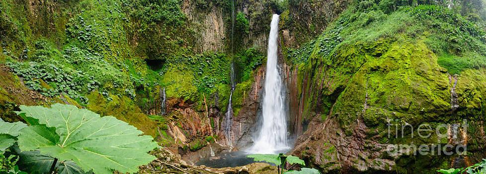 Oscar Gutierrez - Pano Tropical waterfall in volcanic crater