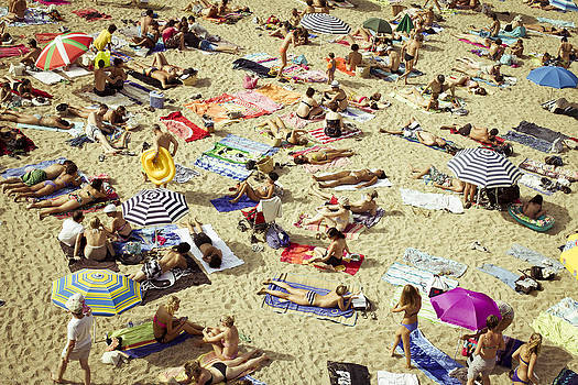 People in the beach by Alejandra Pinango