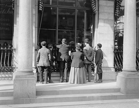 Steve K - People watching Newspaper press 1905