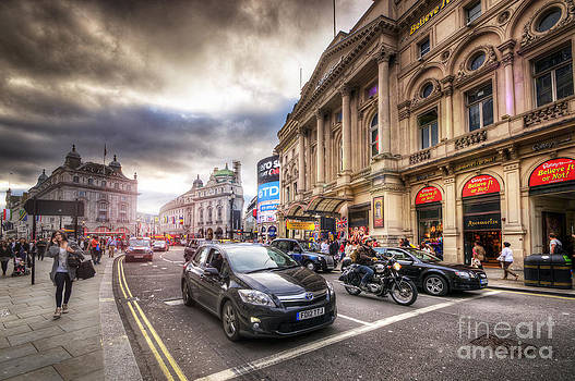 Yhun Suarez - Picadilly Circus Traffic