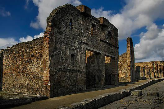 Enrico Pelos - Pompei una delle strade lastricate  Paved road with building facade
