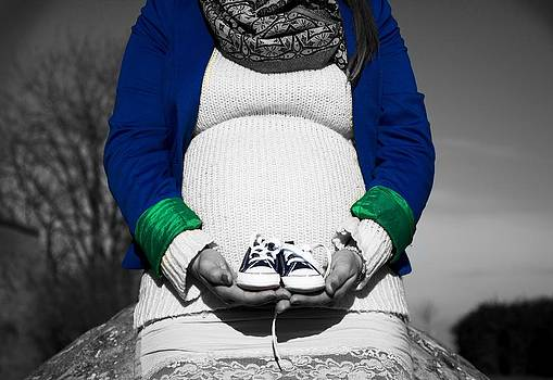 Newnow Photography By Vera Cepic - Pregnant woman sitting with baby shoes in front of herself