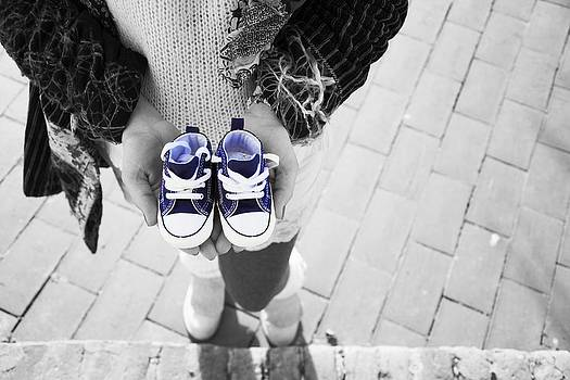 Newnow Photography By Vera Cepic - Pregnant woman standing and holding blue baby shoes