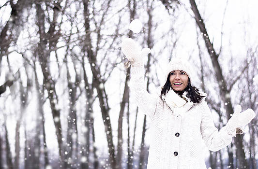 Newnow Photography By Vera Cepic - Pretty woman throwing snowball
