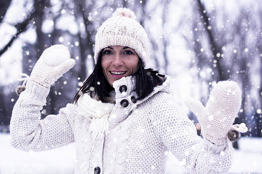 Newnow Photography By Vera Cepic - Pretty woman with snowball
