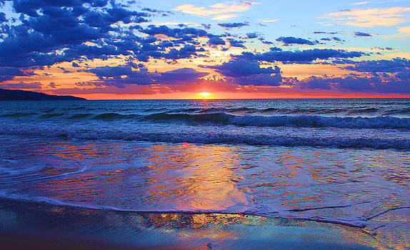 Radiant Sunrise at Apollo Bay by Mamie Thornbrue