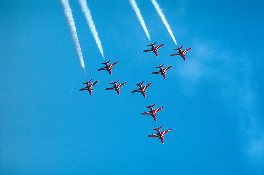 Red arrows airshow - aircrafts flying in formation by Matthias Hauser