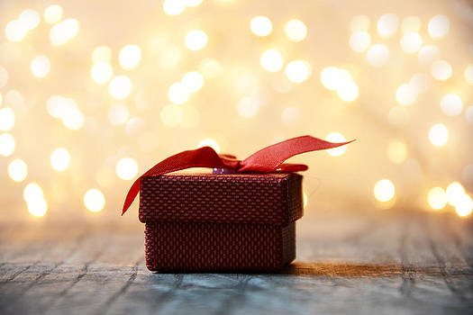 Newnow Photography By Vera Cepic - Red gift box with bokeh background