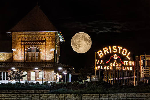 Rise of the Supermoon in Bristol by Greg  Booher