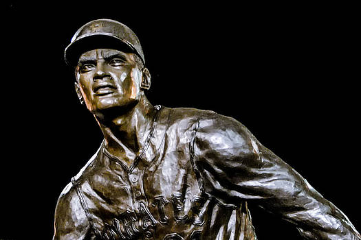 Roberto Clemente Statue by Tom Gort