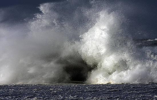 Rock V wave IV by Tony Reddington