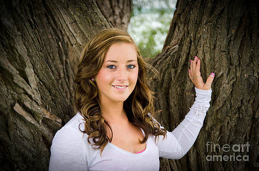 Linda Rae Cuthbertson - Senior Photo Melissa at the Tree