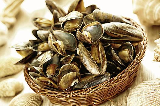 Spaghetti and mussels by Monika Wisniewska