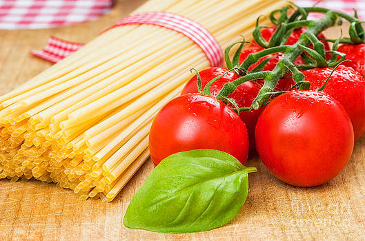 Spaghetti with tomatoes and basil by Palatia Photo