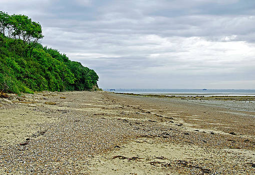 St Helens Beach - near Priory Bay by Rod Johnson