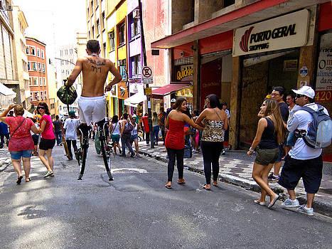 Julie Niemela - Stilt Walker - Sao Paulo