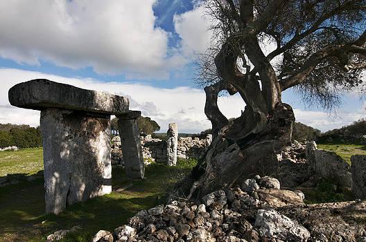 Pedro Cardona Llambias - Talayotic culture in Minorca Island - Stone and wood under a blue sky