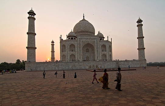 Devinder Sangha - Taj Mahal at Sunset with visitors