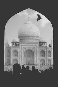 Taj Mahal with silhouettes from people by Leander Nardin