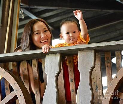Thai kids and mum by Bobby Mandal