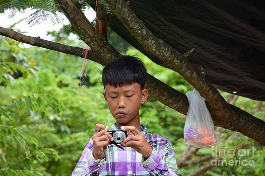 Thai kids with camera by Bobby Mandal