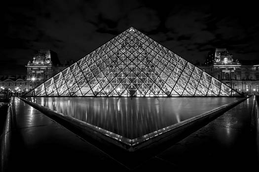 The Louvre at night in Black and white by Sven Brogren