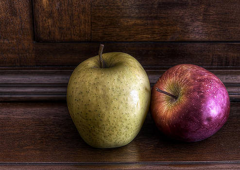 Two Apples by Leonardo Marangi
