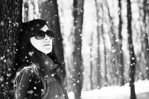 Newnow Photography By Vera Cepic - Woman in woods posing in the snow