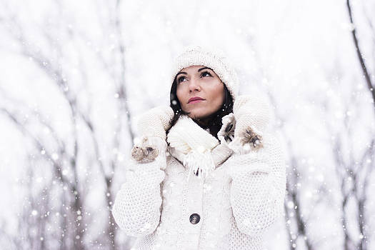 Newnow Photography By Vera Cepic - Woman wearing knitwear in the snow