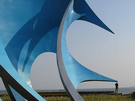 Alfred Ng - alone with the big blue sculpture