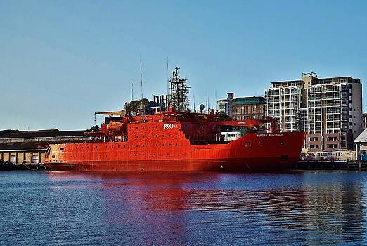 Aurora Australis - The Research Vessel by David Barringhaus
