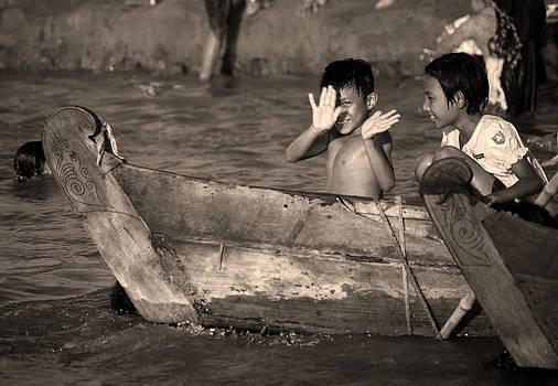 RicardMN Photography - Burmese children in the Irrawaddy River.