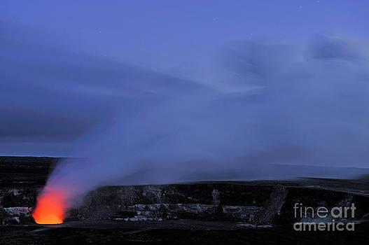 Sami Sarkis - Halemaumau crater erupting by night
