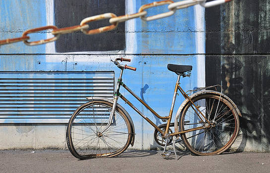 Old and broken bicycle left alone by Matthias Hauser