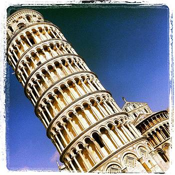 Pisa Tower by Luciana Couto