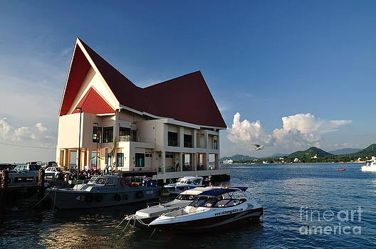 Port of Koh Loi by Thampapon Otavorn