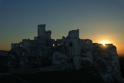 Waldek Dabrowski - Ruined castle at sunset