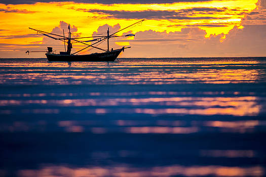 Silhouette boat at sea by Arthit Somsakul