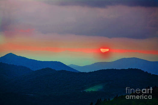 Sunset over cowee mountain. by Itai Minovitz