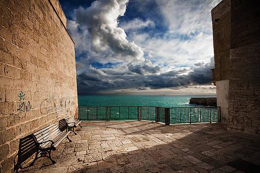 The Sea Between the Walls by Franco Farina
