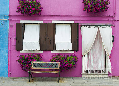Bright pink color house in Venice by Deyan Georgiev
