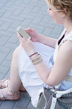 Newnow Photography By Vera Cepic - Curly blond girl on the phone