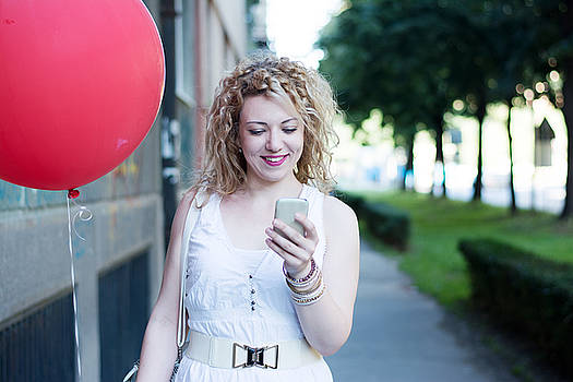 Newnow Photography By Vera Cepic - Curly blond girl with big red ballon on the phone