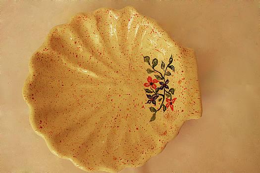 Medium shell plate by Itzhak Richter