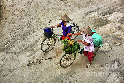 Chuck Kuhn - 2 Bicycles 2 women Vietnam