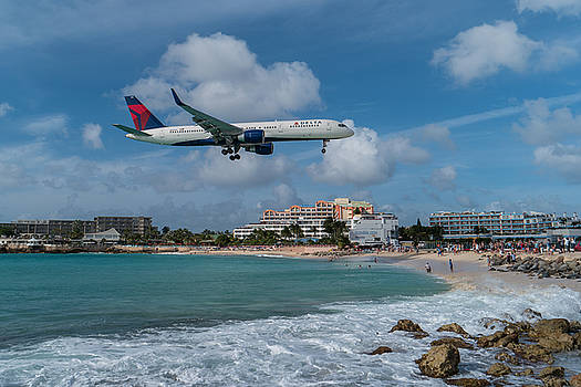 Delta Air Lines landing at St. Maarten by David Gleeson